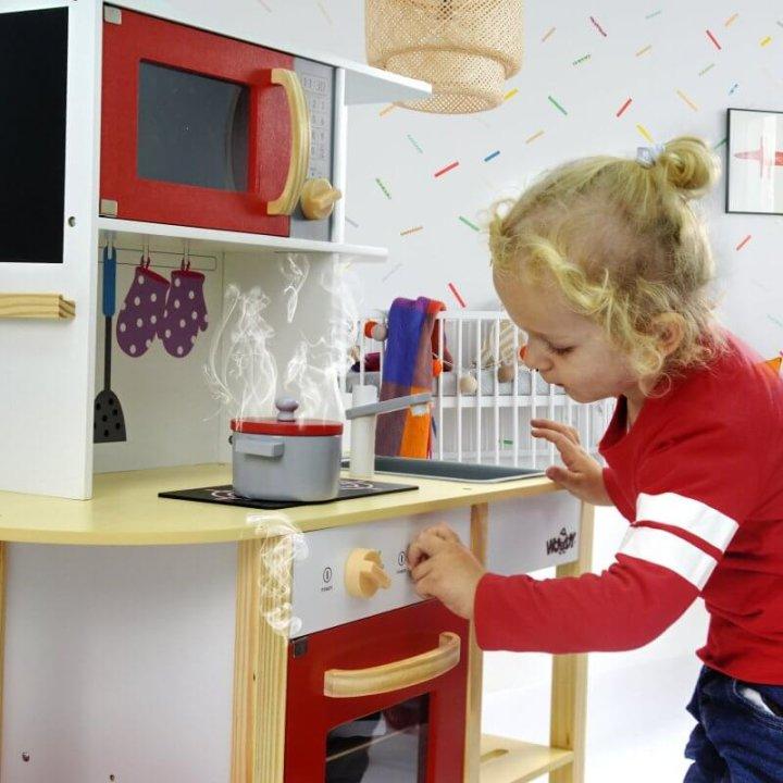 Drvena igračka kuhinja